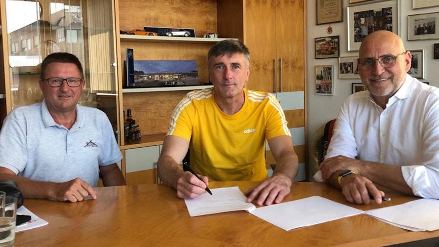Vertragsunterzeichnung: Zoran Nikolic (Mitte) mit Oythes Vereinschef Wolfgang Büssing (links) und Volleyball-Vorstand Hauke Anders. Foto: Schumacher