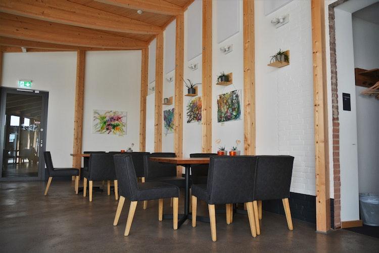 In dem Klosterhof Cafe&Bistro sorgen die Kunstwerke für ein schönes Ambiente. Foto: E. Wenzel