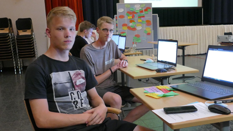 Betreten Neuland: Ole Fricke (vorne) und Alexander Herzog erarbeiten Thesen für die Voto-Plattform, die Barßeler Bürgern ähnlich wie der auf Bundes- und Landesebene eingesetzte Wahl-O-Mat die Wahlentscheidung erleichtern soll. Foto: Stix