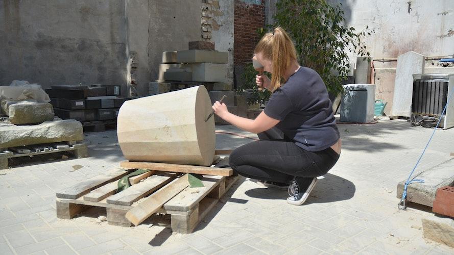 Mit Knüpfel und Meißel bei der Arbeit. Aus dem Stein soll ein Muffin werden. Foto: E.Wenzel