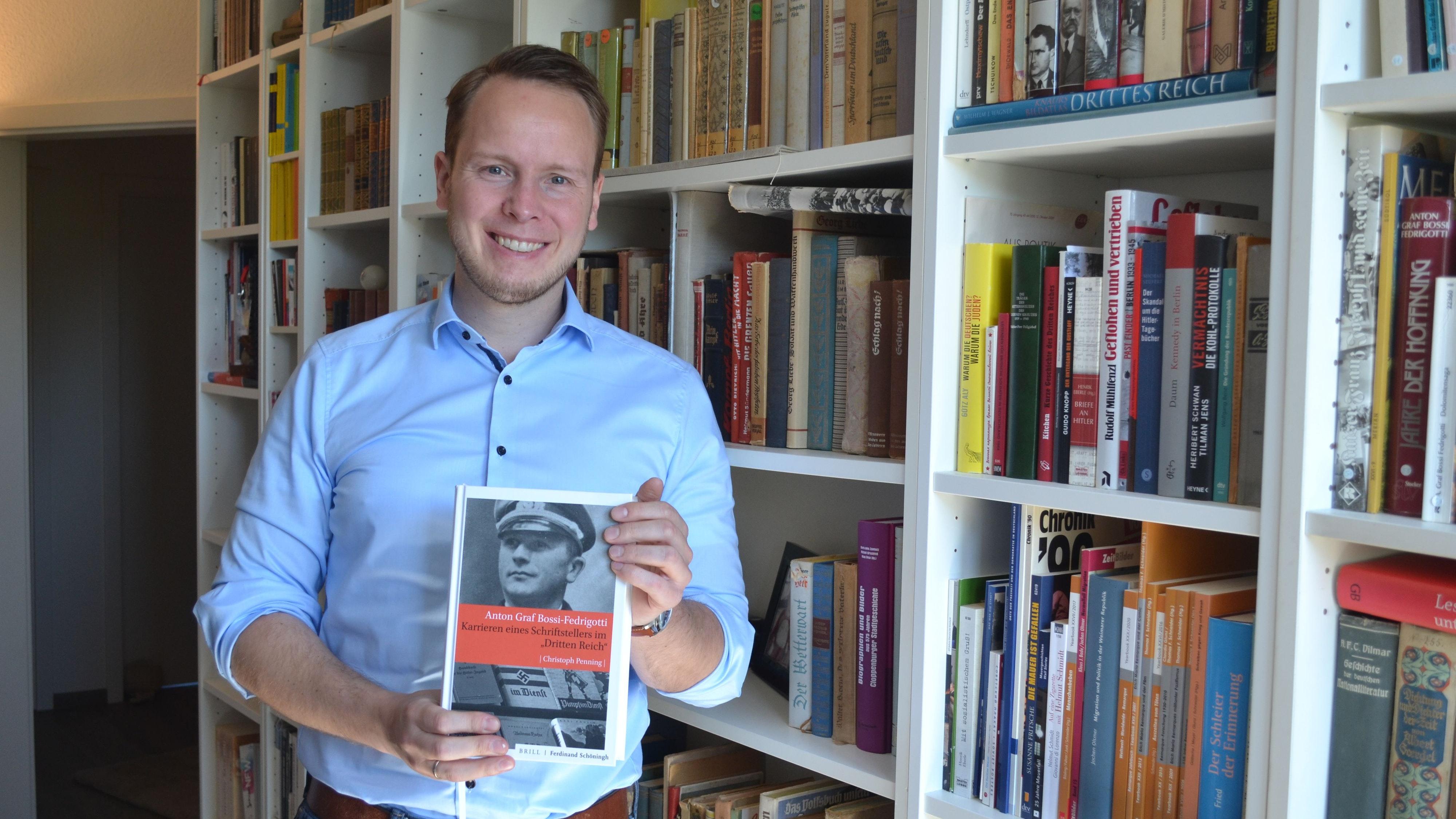 Stolz auf das Ergebnis: Christoph Penning präsentiert seine als Buch erschienene Doktorarbeit. Foto: Schrimper