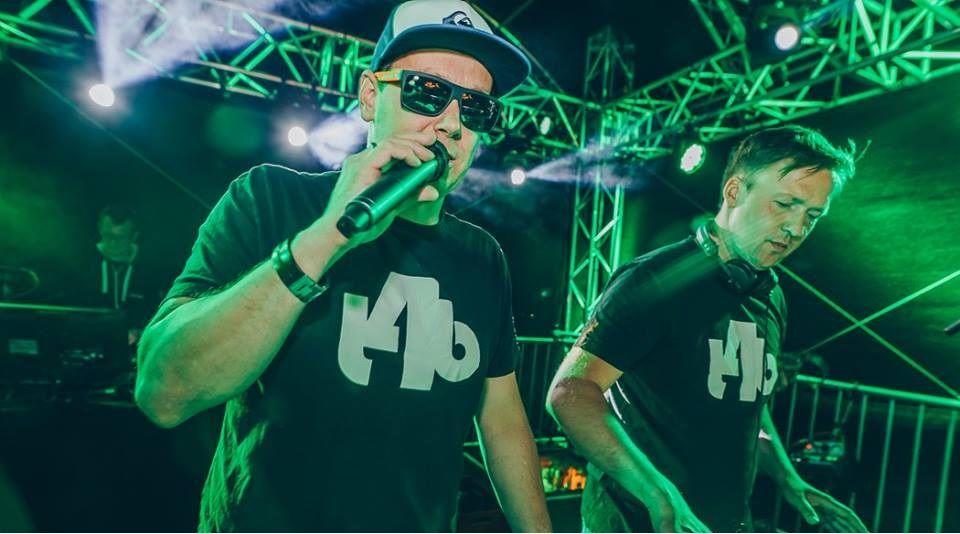 """In Aktion: Das DJ-Team """"Two 4 Beats"""" wird bei der Live-Übertragung aus dem Autohaus Anders auflegen. Foto: Two 4 Beats"""