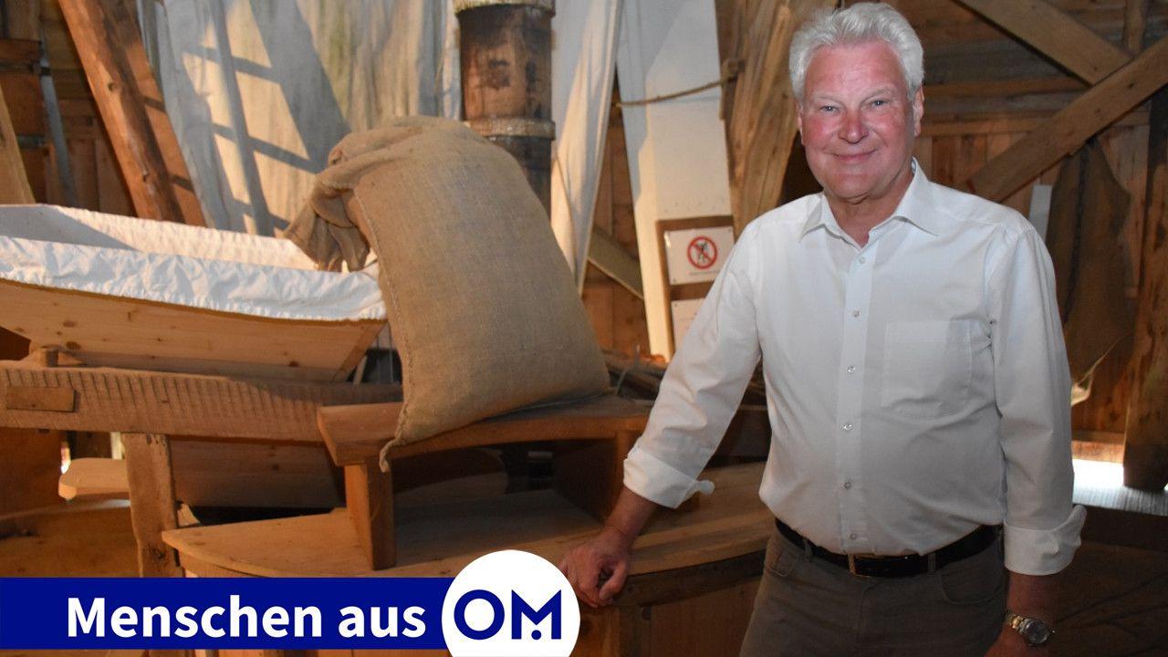 Hier kennt er sich bestens aus: Ludger Deters vor einem Mahlgang, der mit Windkraft angetrieben wird, in der Schweger Mühle in Dinklage. Foto: Klöker