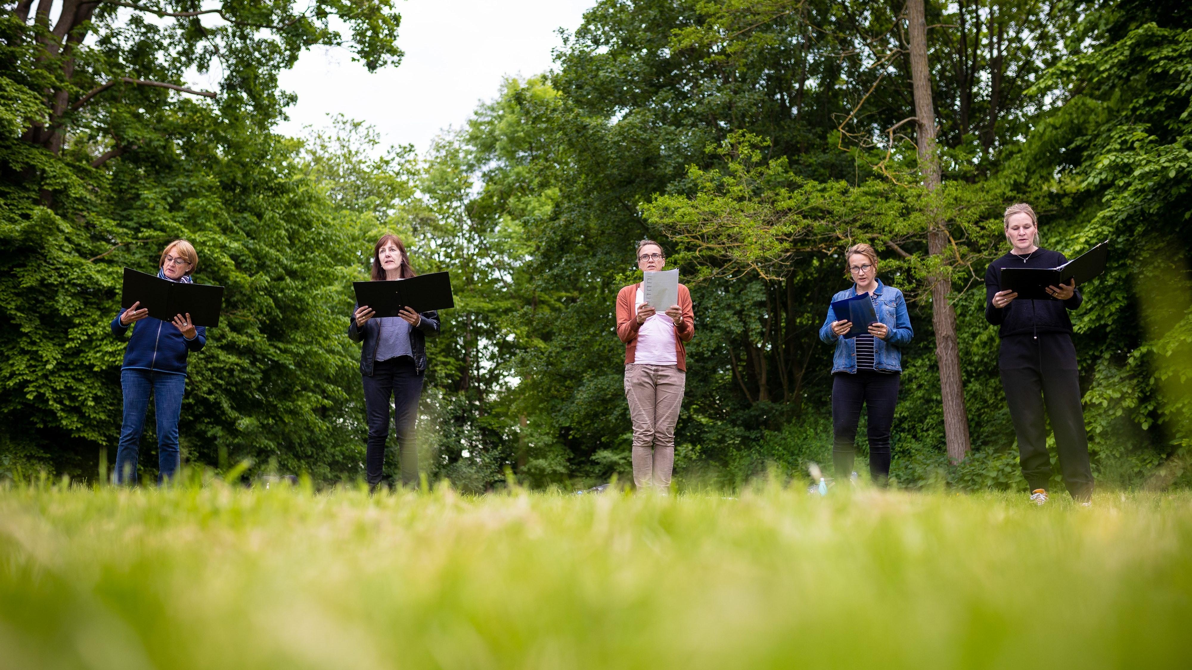 Singen? Aber nur an der frischen Luft. Foto: dpa/Frankenberg