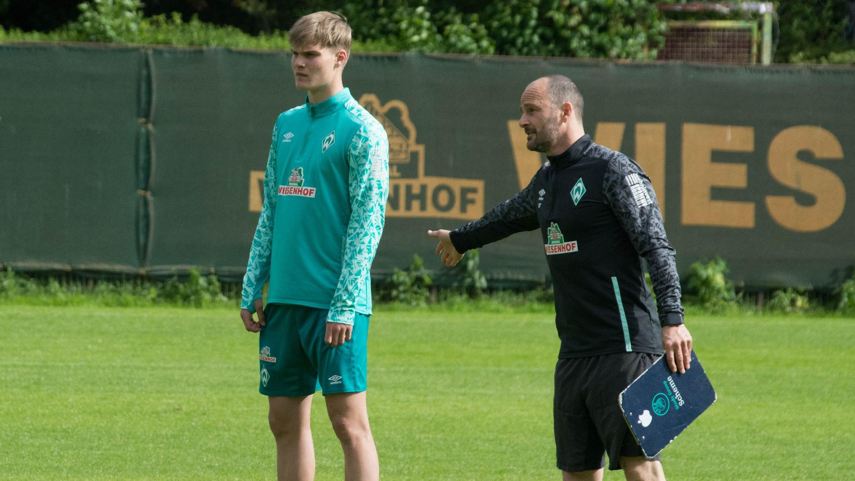 Tipps vom Profi: Mathis Richter (links) mit U-19-Trainer Christian Brand. Foto: Katja Warncke