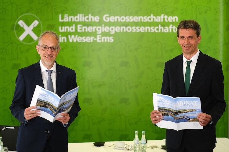 Die Direktoren des Genossenschaftsverbandes Weser-Ems, Axel Schwengels (links) und Johannes Freundlieb, mit dem Geschäftsbericht für das Jahr 2020. Foto: Hibbeler