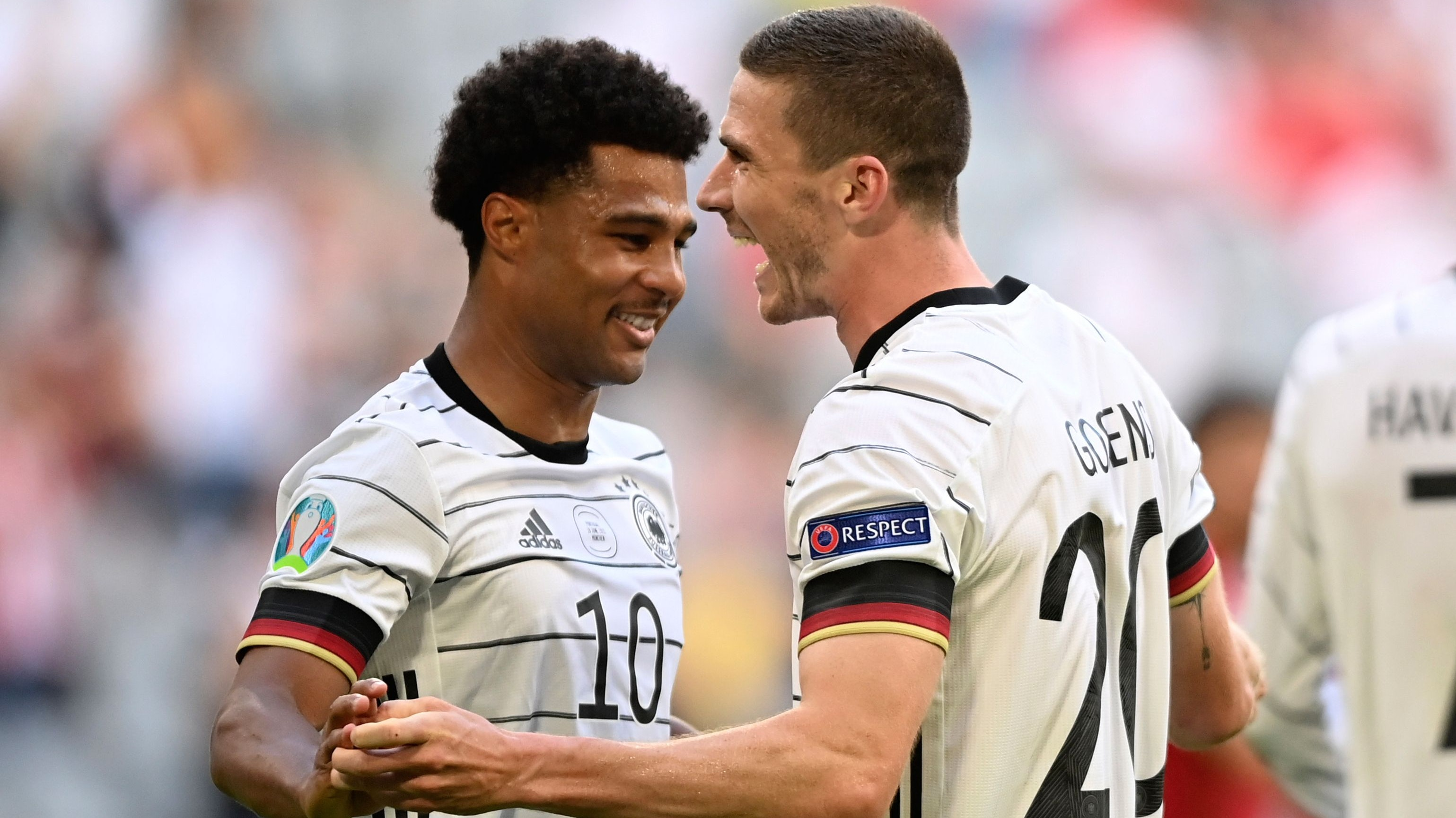 Prächtige Laune in München: Deutschlands EM-Entdeckung Robin Gosens (rechts) feiert sein 4:1 gegen Portugal zusammen mit Serge Gnabry. Foto: dpa/Guelland
