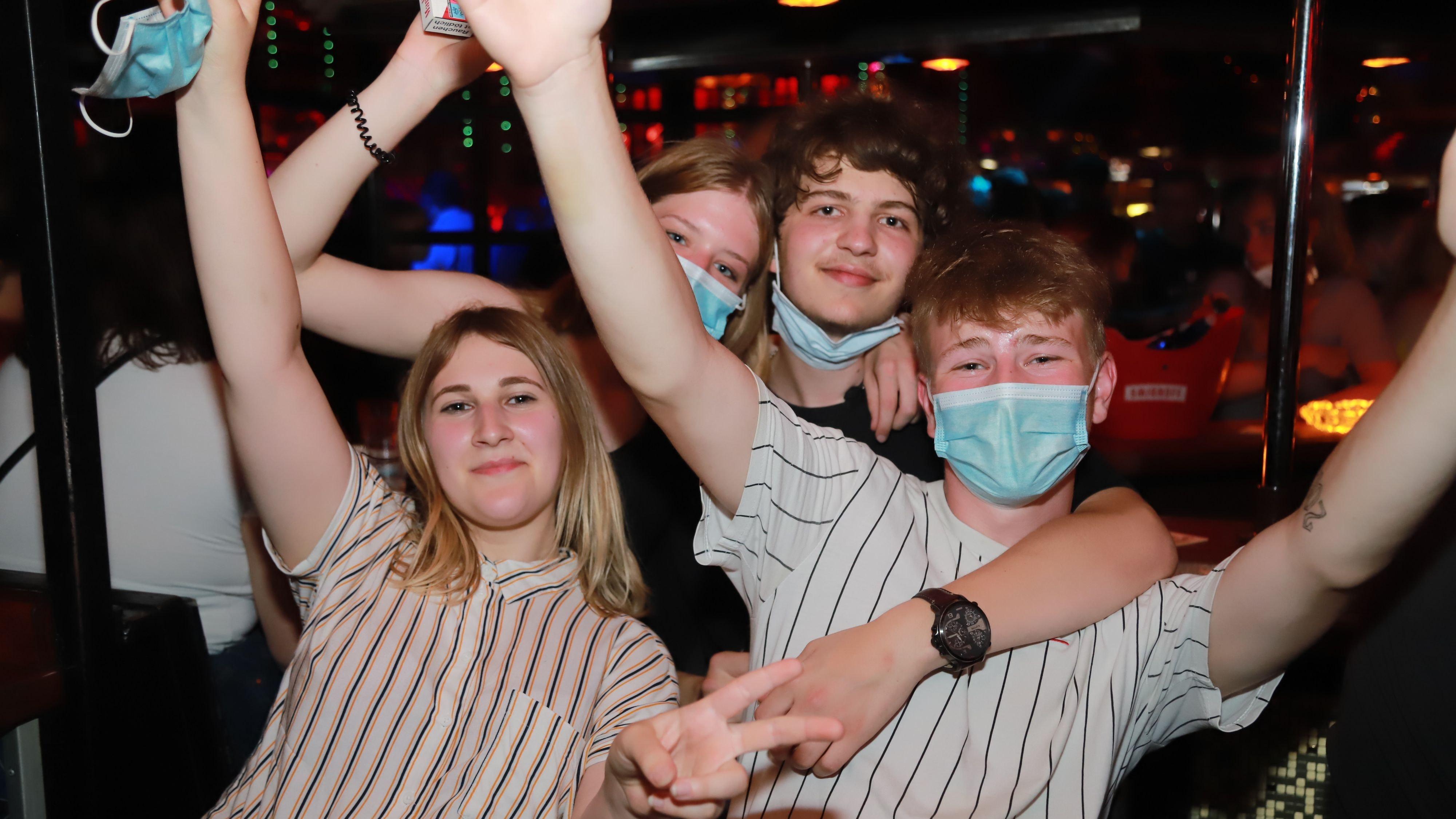 Endlich wieder Party:Nach 15 Monaten öffnet die Disco in Tange wieder ihre Tore. Genau 999 Jugendliche und junge Erwachsene freuen sich, wieder tanzen und feiern zu können. Fotos: Passmann