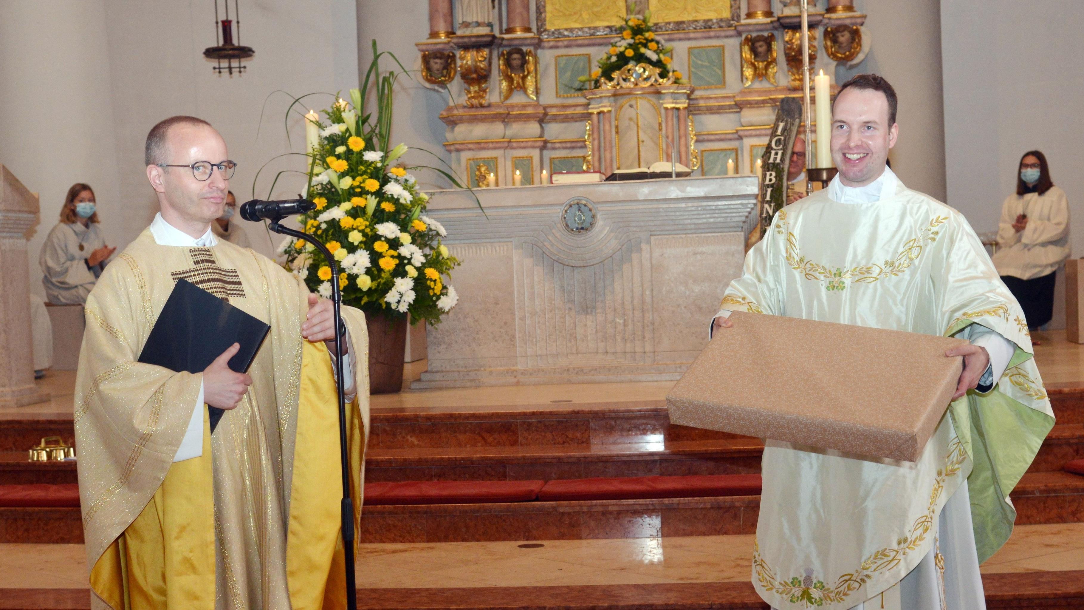 Im Namen der Kirchengemeinde überreichte Dechant Bertholt Kerkhoff Neupriester Johannes Winkeler das erste Messgewand. Foto: Siemer