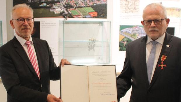 Aloys Holthaus erhält das Bundesverdienstkreuz