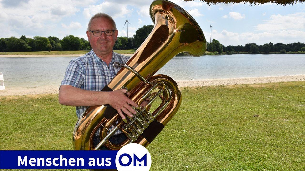 Mit der Tuba vor idyllischer Kulisse: Hubert Wilkens fühlt sich am Hartensbergsee sehr wohl und ist leidenschaftlicher Blasmusiker. Foto: Klöker