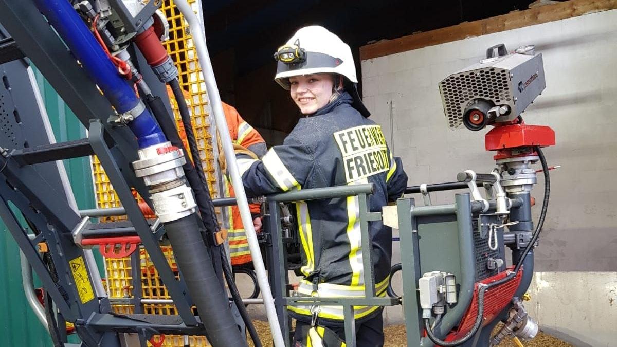 Ehrenamt: Wenn sie nicht als Notfallsanitäterin arbeitet, kommt Katharina Lamping als Feuerwehrfrau zu Bränden und Unfällen. Foto: Schmidt