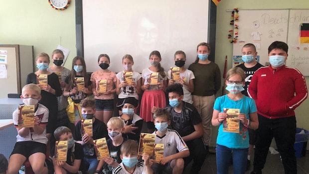 Kinderbuchautorin Renate Ahrens diskutiert mit Schülern