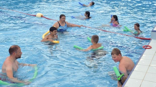 Stadt und Schulen wollen Löninger Kindern das Schwimmen beibringen