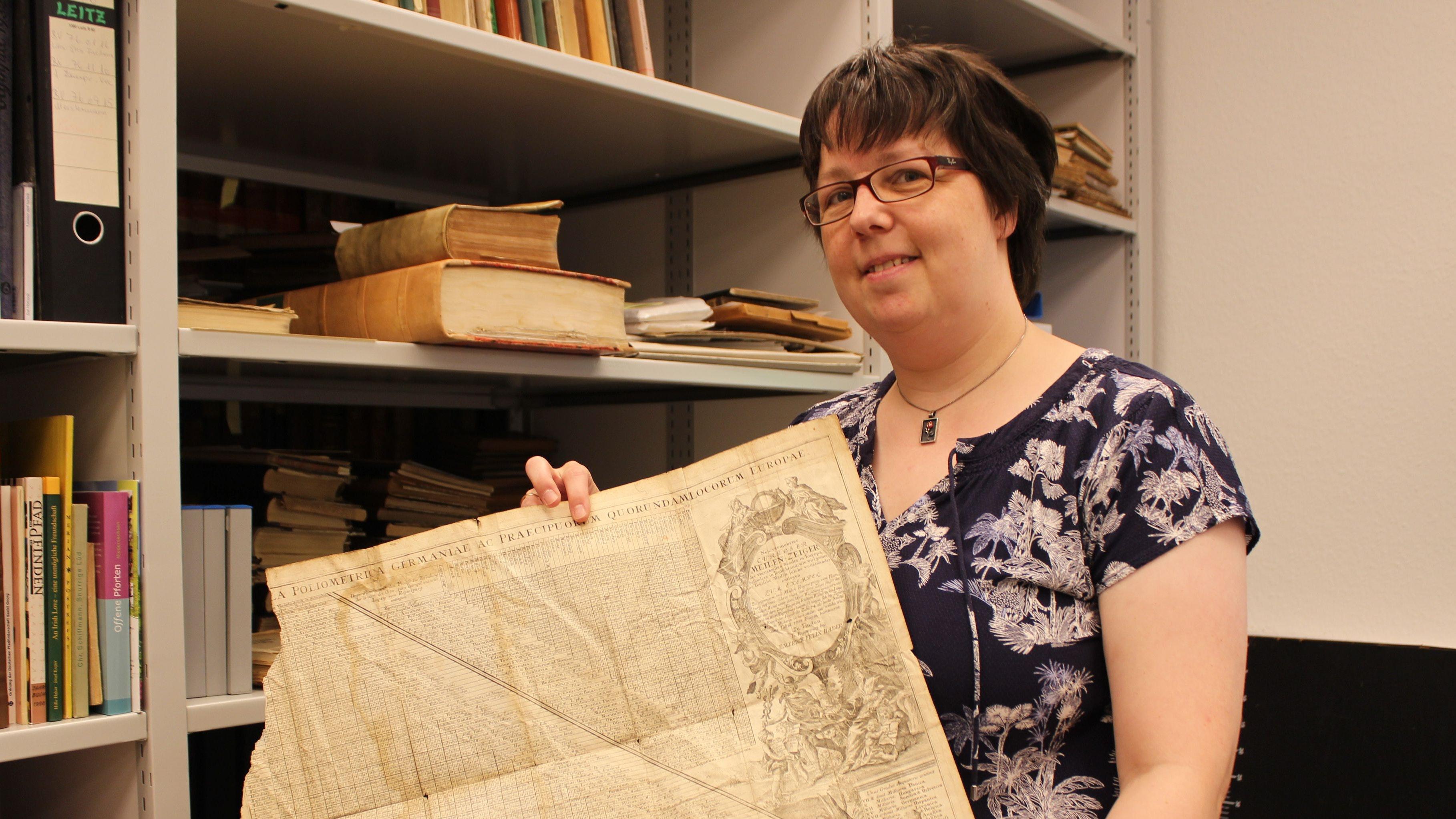 Eva-Maria Ameskamp stößt auf unterschiedlichstes Archivgut, wie hier eine Entfernungskarte. Foto: Heinzel