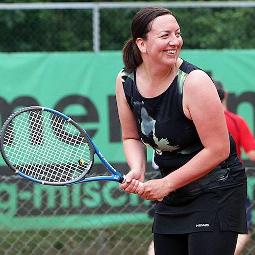 Der Spaß stand im Vordergrund: Ann-Kathrin Völker macht sich lächelnd bereit für einen Return. Foto: Schikora