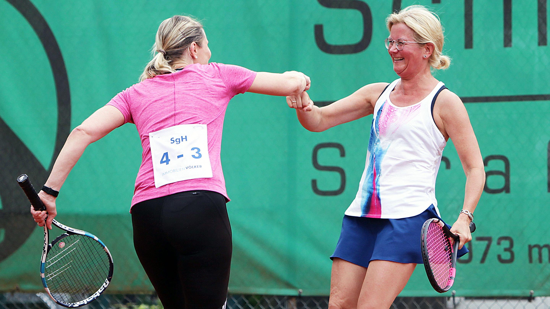 """Gute Laune auf dem Lohner Court: Heike Rehling (links) und Ruth Eckhoff vom Team """"4 gewinnt"""". Foto: Schikora"""