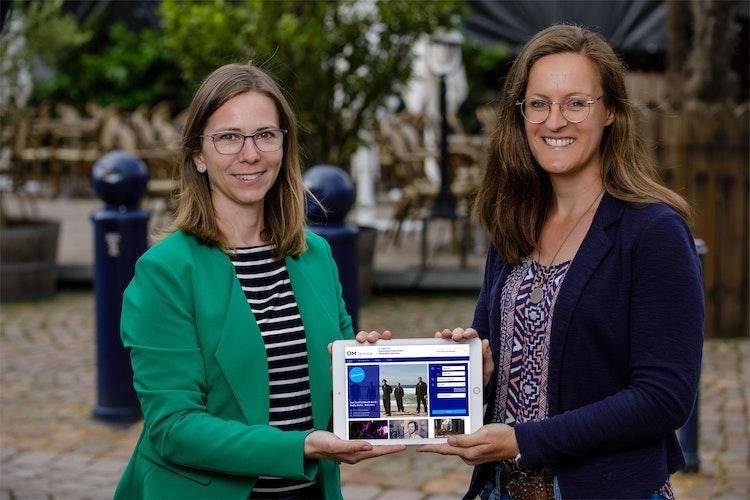 Pflegen die OM-Termine: Bianca Haskamp (links) und Tanja Schulte-Saß sind für das neue Angebot zuständig und informieren die Leser regelmäßig. Foto: Dirk Nienaber
