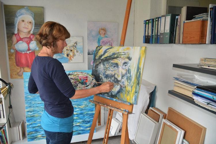 Das Atelier baute sich Marion Krauses Vater auf. Jetzt nutzt sie es. Kunst liegt in der Familie. Foto: E. Wenzel