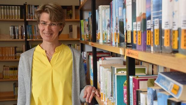 Beate Luhmann erklärt, was eine Kirchliche Büchereiassistentin tut