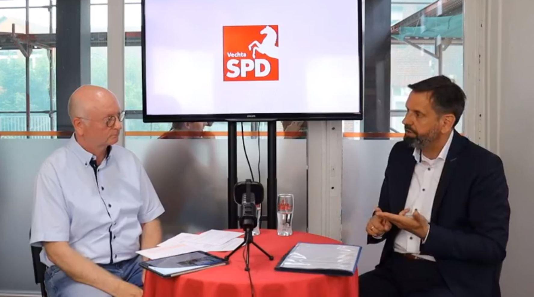 Umweltminister Olaf Lies (rechts; hier mit Moderator Andreas Bröring) war am Mittwoch nach Vechta gekommen. Foto: Freiwald