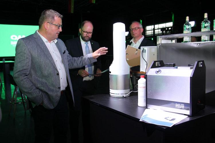 Innovative Technik: Die Geschäftsführer der FirmenAKE Zentri-Jet undMerkutec,Markus Kenter (links) undMarkus Mechelhoff (rechts), stellten den Gästen die entwickelten Verfahren zur Raumluftentkeimung undDesinfektion vor. Foto: Speckmann