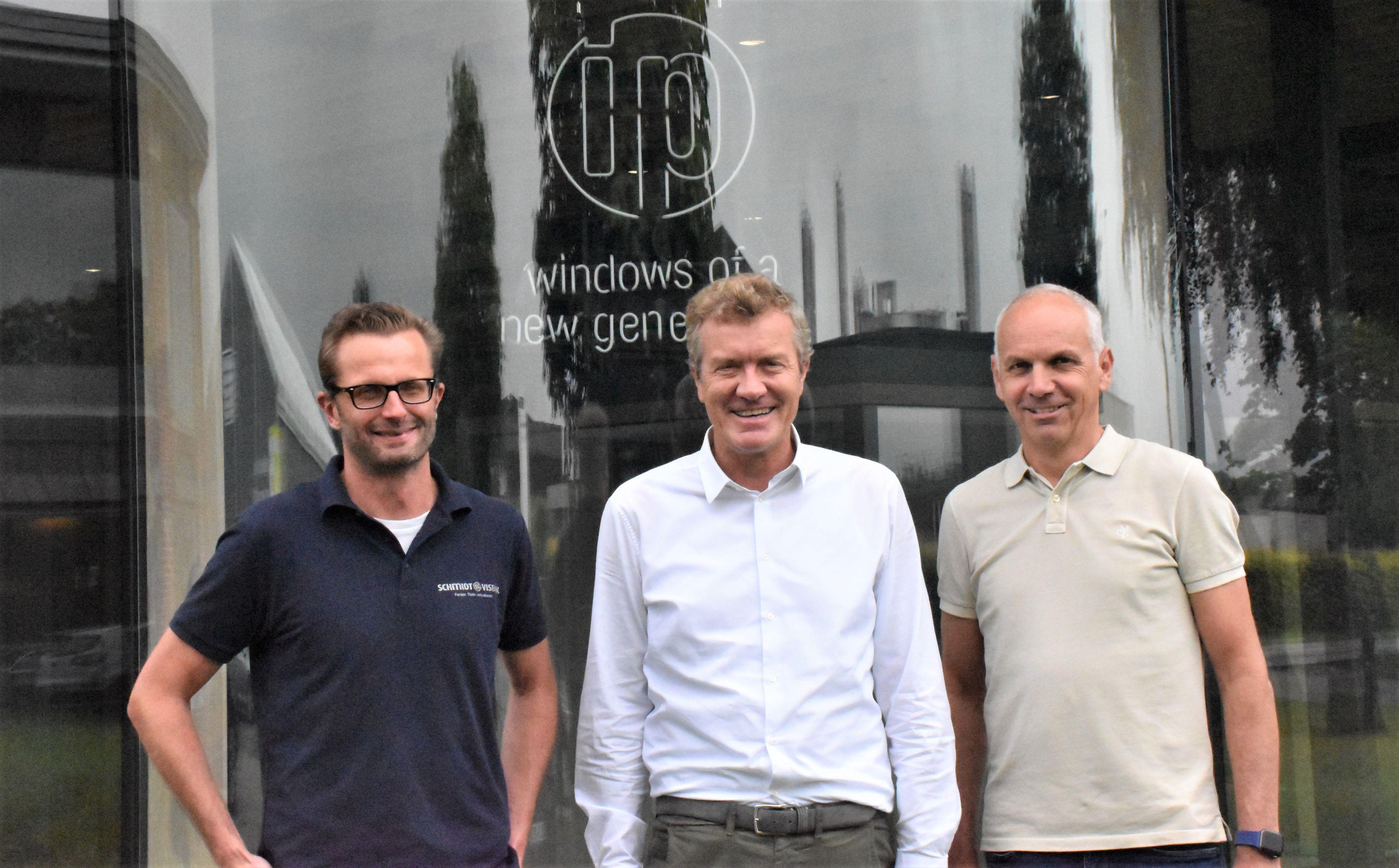 """Die Fenster der """"ipcompany"""" aus Visbek haben auch mal """"Rundungen"""": (von links) Sven Diekmann, Ulrich Schmidt, Burkhard Bramlage. Foto: Kühn"""