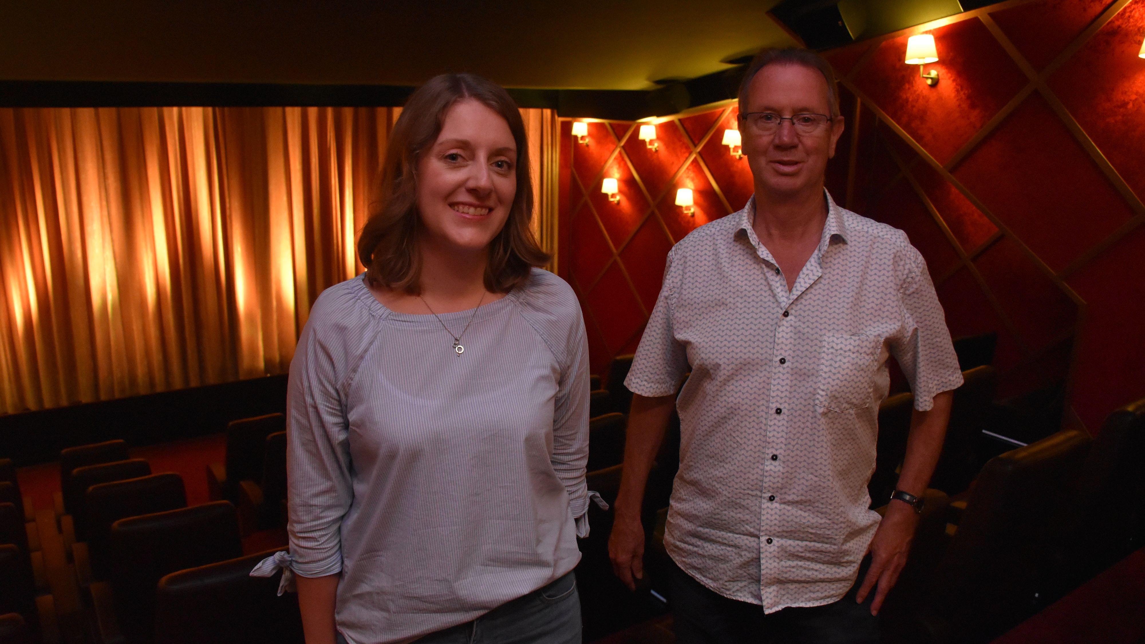 Der Vorhang öffnet sich wieder: Lydia Stuntebeck und Dieter Straßenburg vom Capitol-Kino in Lohne sind bereit für den bundesweiten Neustart der Filmtheater am 1. Juli. 8 Monate lang waren die Kinos in Deutschland geschlossen. Foto: Timphaus