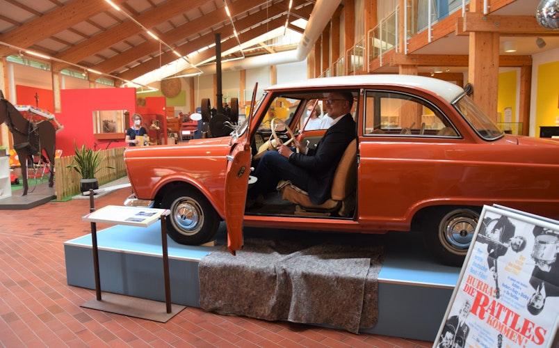 Ein Oldtimer von 1961: Olaf Meenen von der Stiftung Kunst und Kultur der Landessparkasse zu Oldenburg saß in dem DKW Junior Probe. Foto: Hahn