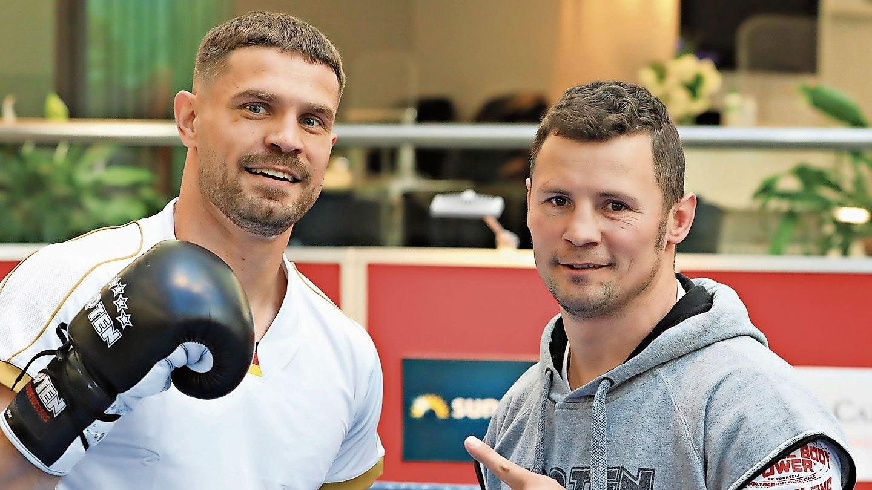Die Faust des Siegers? Roman Fress (links) und sein Trainer Robert Stieglitz sind für den Kampf gegen den Belgier Kamel Kouaouch optimistisch. Foto: Team SES/P. Gercke