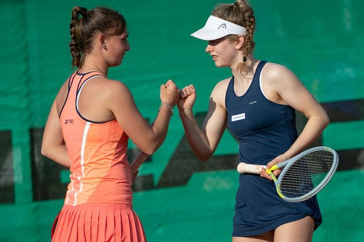 Zwei, die sich prächtig verstehen: Julia Middendorf (rechts) und Mara Guth, hier beim ITF-Junior-Turnier in VillenaSpanien. Foto: Jürgen Hasenkopf