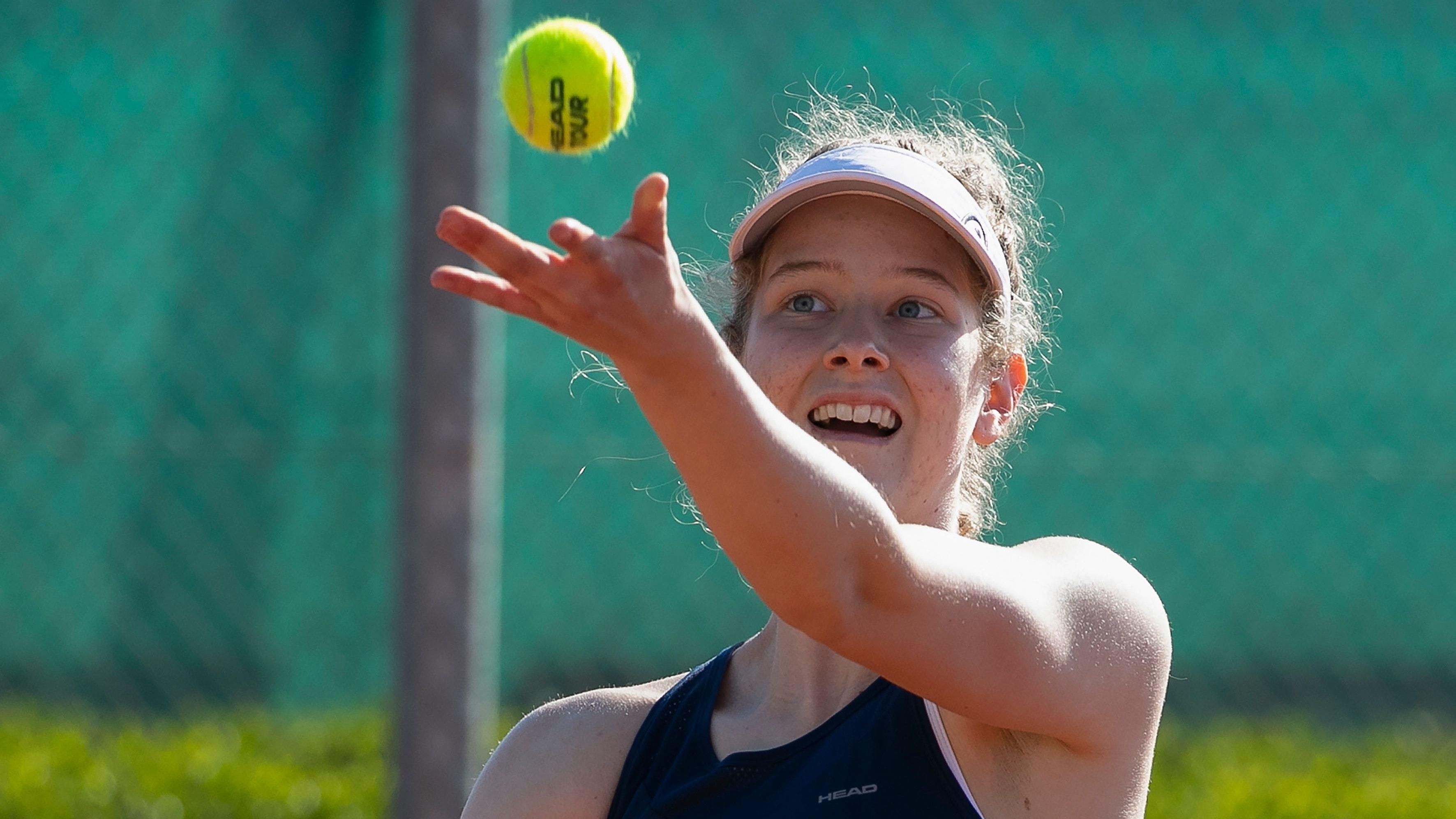 Volle Konzentration beim Aufschlag: Julia Middendorf in Aktion, hier beim ITF-Junior-Turnier im spanischen Villena. Foto: Jürgen Hasenkopf