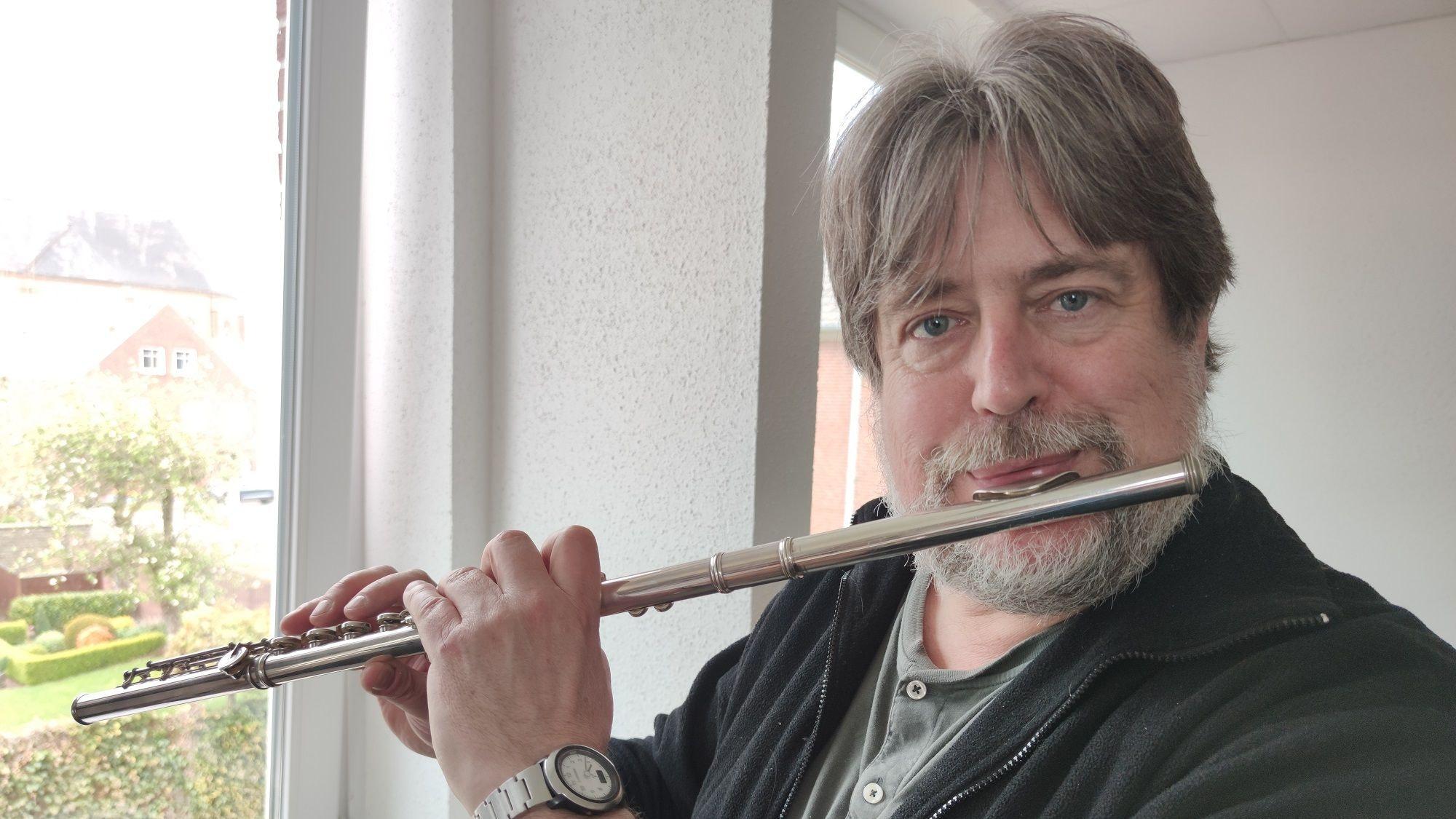 Mit seinem Lieblingsinstrument: Konrad Hartong liebt die Klänge der Querflöte. Foto: Röttgers