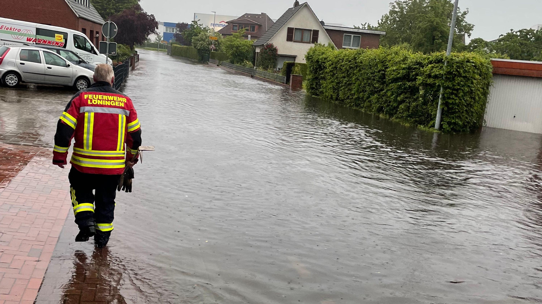 Ganze Straßen standen am Samstag in Löningen unter Wasser. Foto: Freiwillige Feuerwehr Löningen