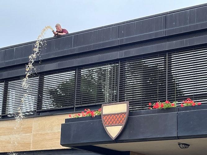 Auf dem Dach des Löninger Rathauses hatten sich große Mengen an Wasser angesammelt, die mit einer Pumpe per Schlauch abgetragen werden mussten. Foto: Freiwillige Feuerwehr Löningen