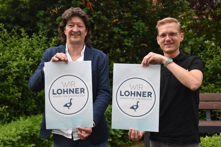Der Wir Lohner-Vorsitzende Detlef Bornhorst (links) und sein Stellvertreter Henrich Römann präsentieren das neue Vereinslogo. Foto: Timphaus