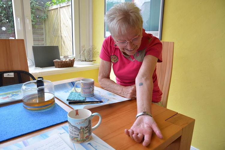 Die Pilgermuschel hat sich Lucia Falk in Portugal stechen lassen. Sie erinnert täglich an die Zeit auf dem Pilgerweg. Foto: E.Wenzel