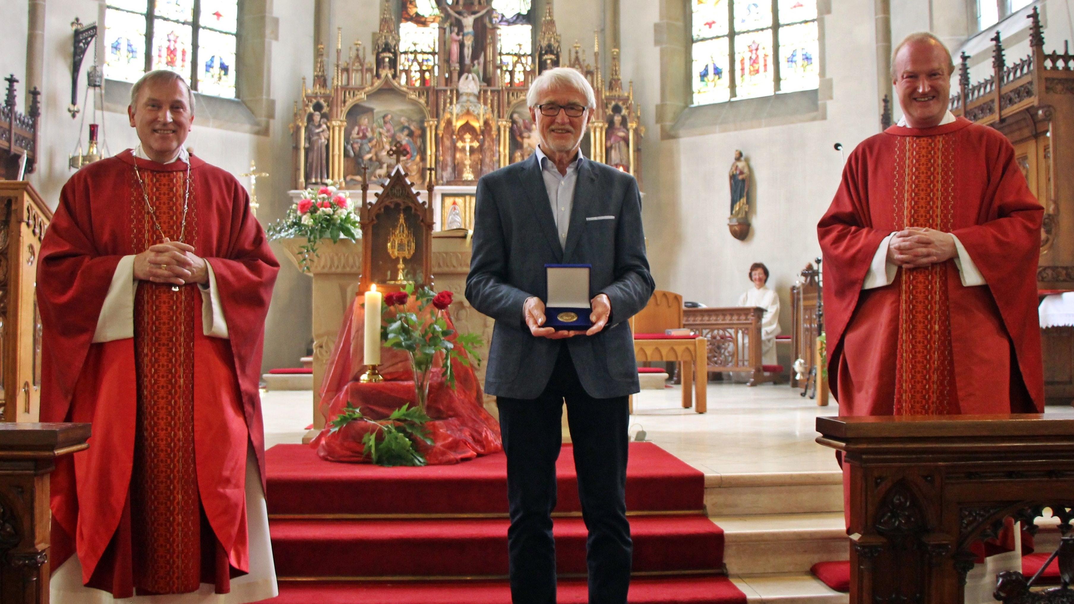 Ehrung für einen Künstler: Weihbischof Wilfried Theising (links) zeichnete Ferdinand Starmann (Mitte) aus, Pfarrer Heiner Zumdohme freute sich mit ihm. Foto: Oevermann