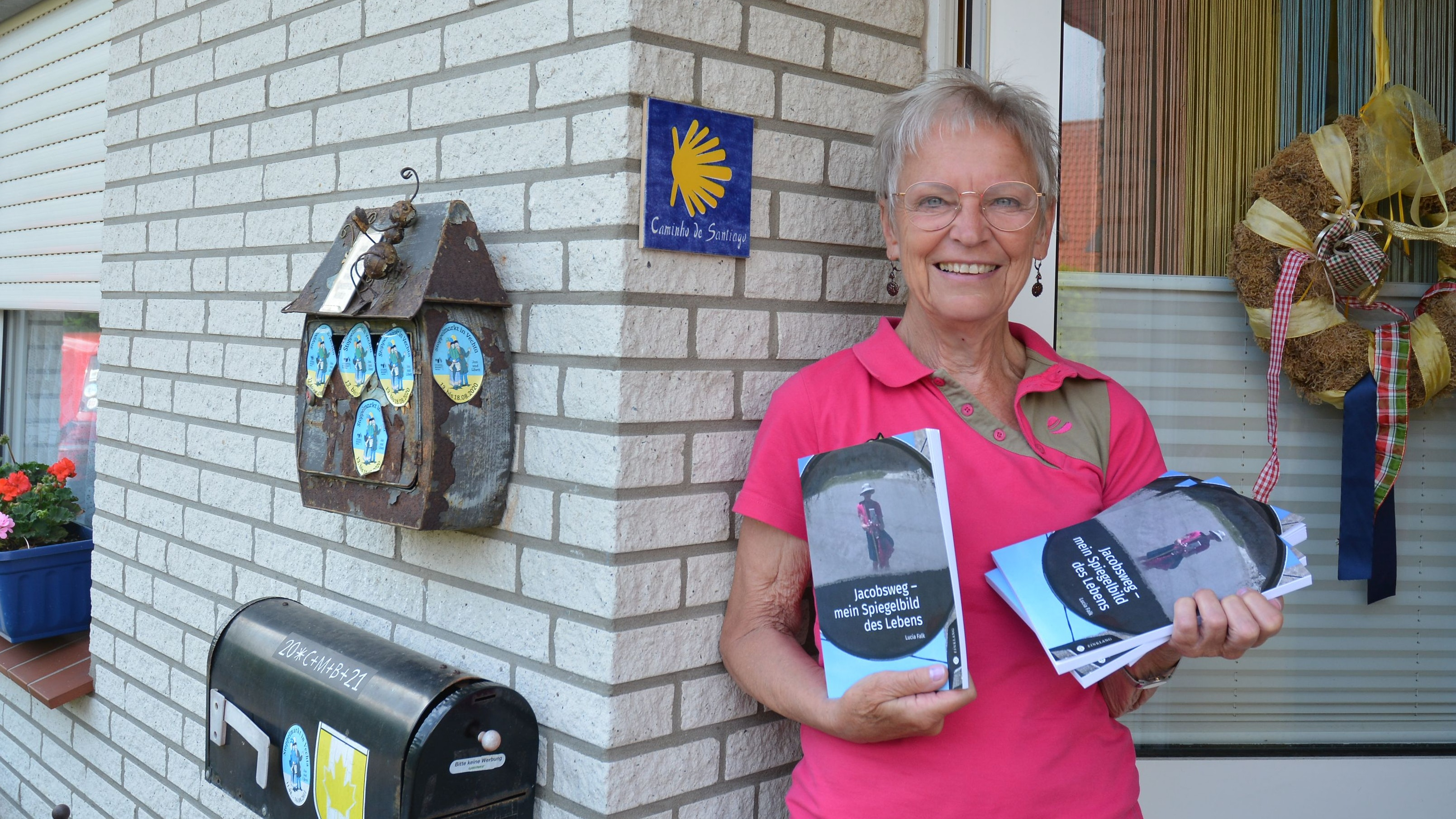 Lucia Falk vor der Jakobsmuschel an ihrer Haustür. Foto: E.Wenzel
