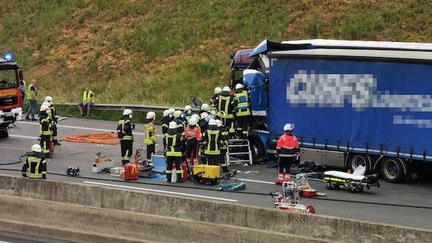 Lkw-Fahrer wird bei schwerem Unfall auf der A1 lebensgefährlich verletzt