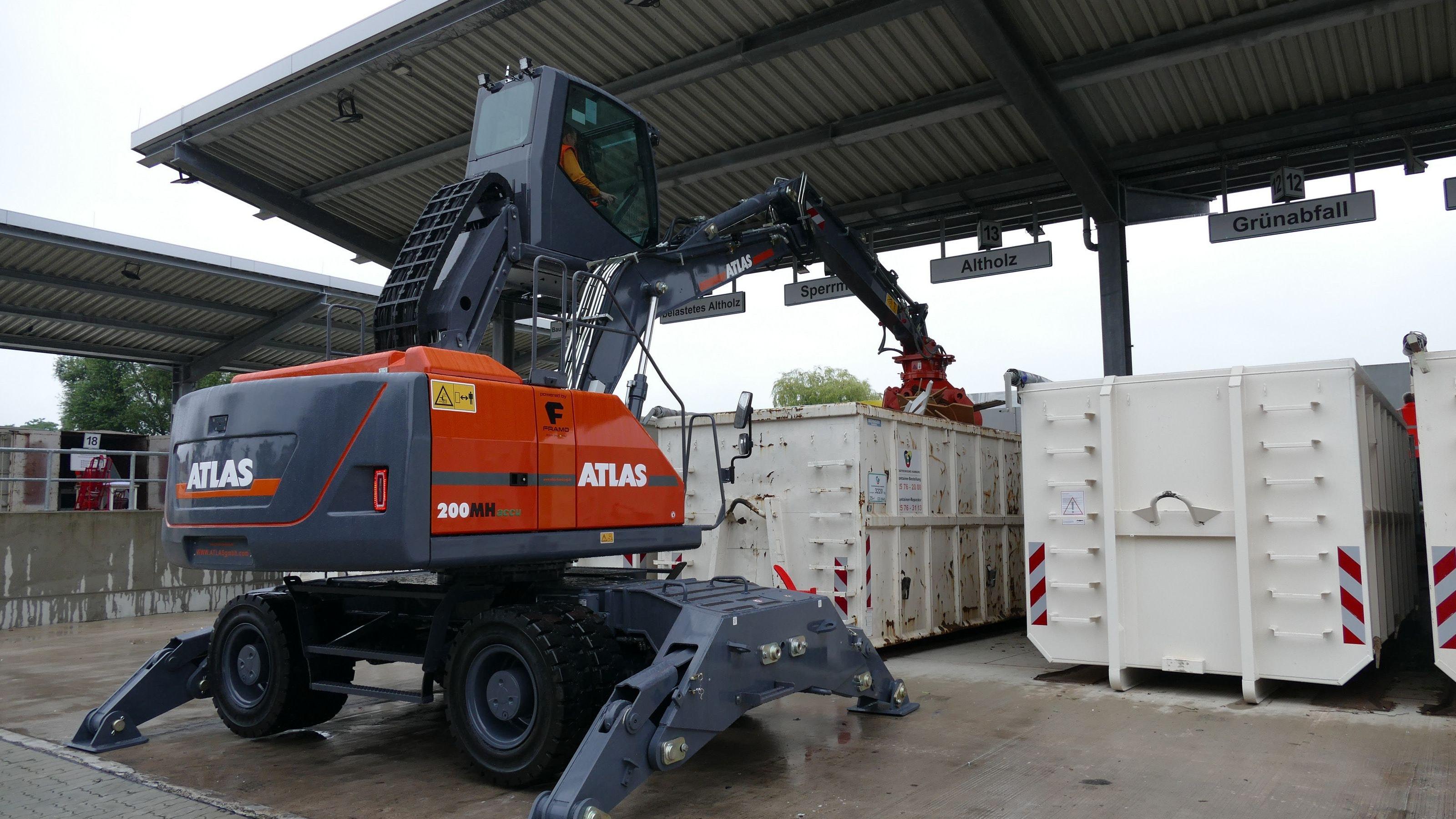 Im 21 Tonnen schweren Umladebagger Atlas 200 MH accu schlägt ein elektrisches Herz. Foto: Maas <br>