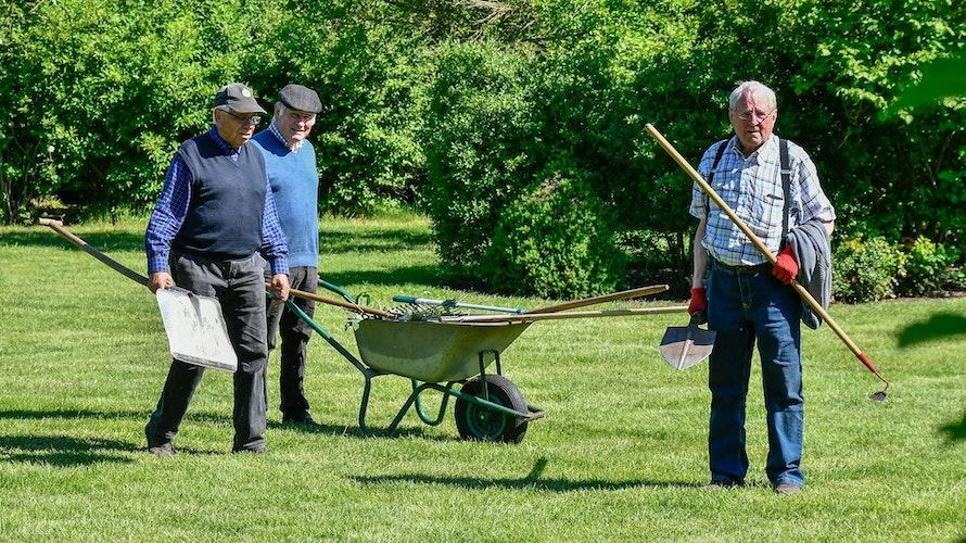 Vor der gemütlichen Runde nach getaner Arbeit: Bernhard Gäking, Bernard Echtermann und Gerhard Mela (von links) bringen erst das Werkzeug weg. Foto: Vollmer