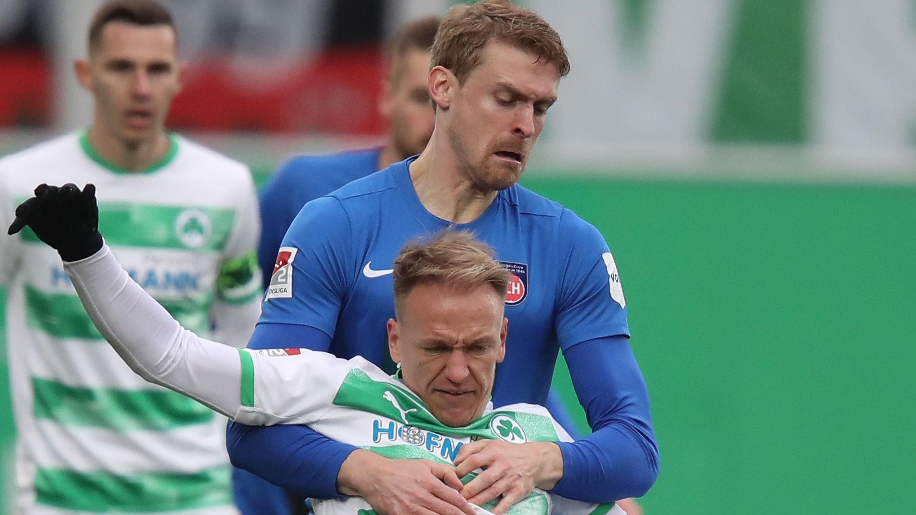 Eng dran: Heidenheims Oliver Hüsing (blaues Trikot) im Zweitliga-Duell mit Havard Nielsen von Greuther Fürth. Foto: dpa/Karmann