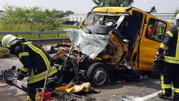 Transporterfahrer kracht in Lkw und wird schwer verletzt
