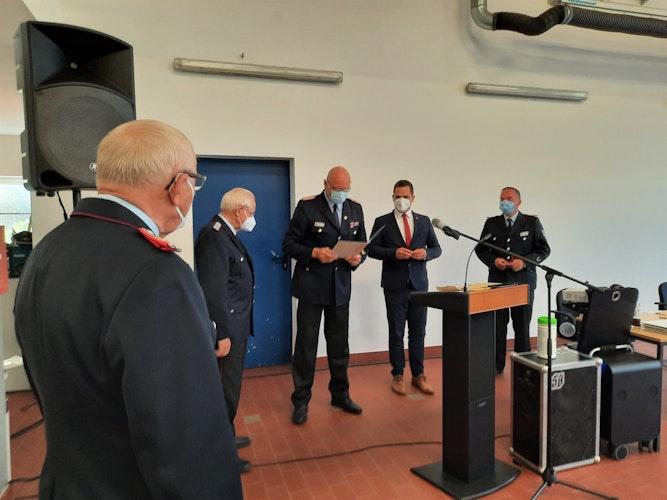 Werner Ostendorf erhält die Ehrennadel des Landesfeuerwehrverbandes. Foto: Ella Wenzel