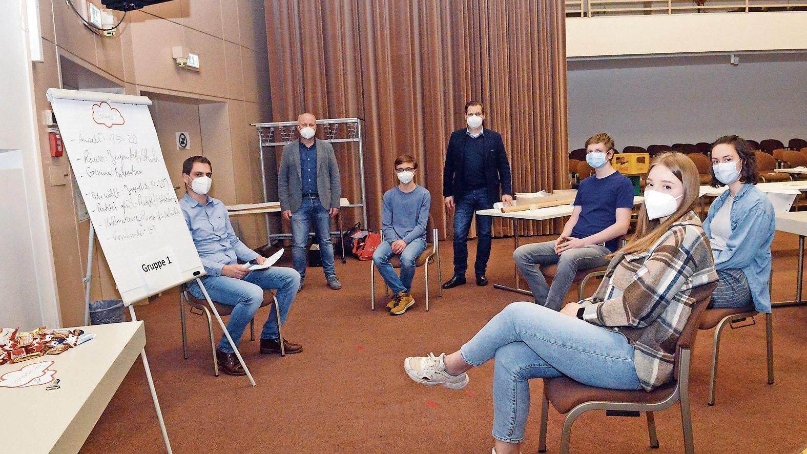 Vorbereitungen: Im Februar hatten die jungen Leuten in Workshops Ge- schäftsordnung und Satzung des Jugendparlaments erarbeitet. Foto: ws