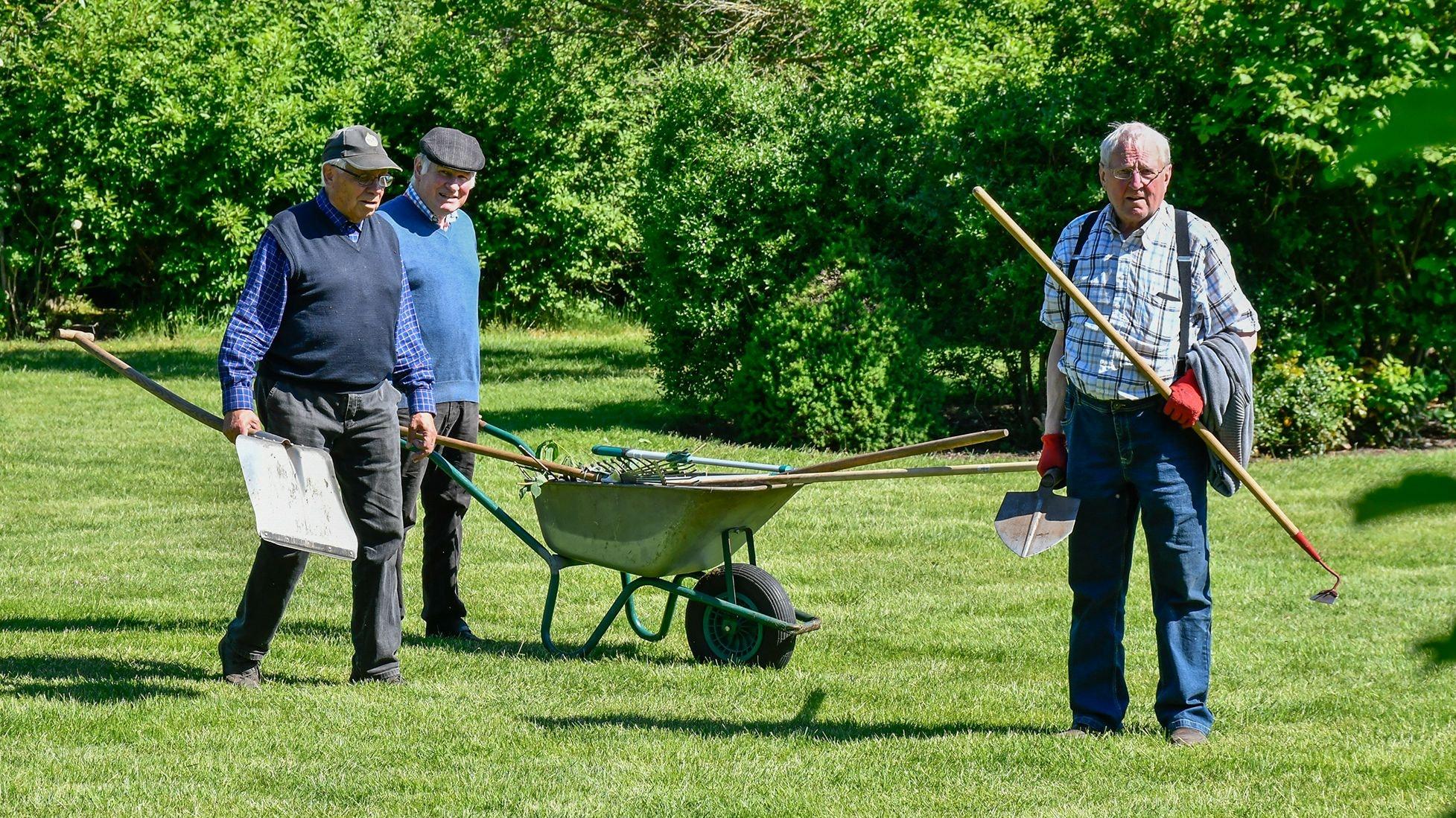 Vor der gemütlichen Runde nach getaner Arbeit: Bernhard Gäking, Bernard Echtermann und Gerhard Mela (von links) bringen erst das Werkzeug weg. Fotos: Vollmer