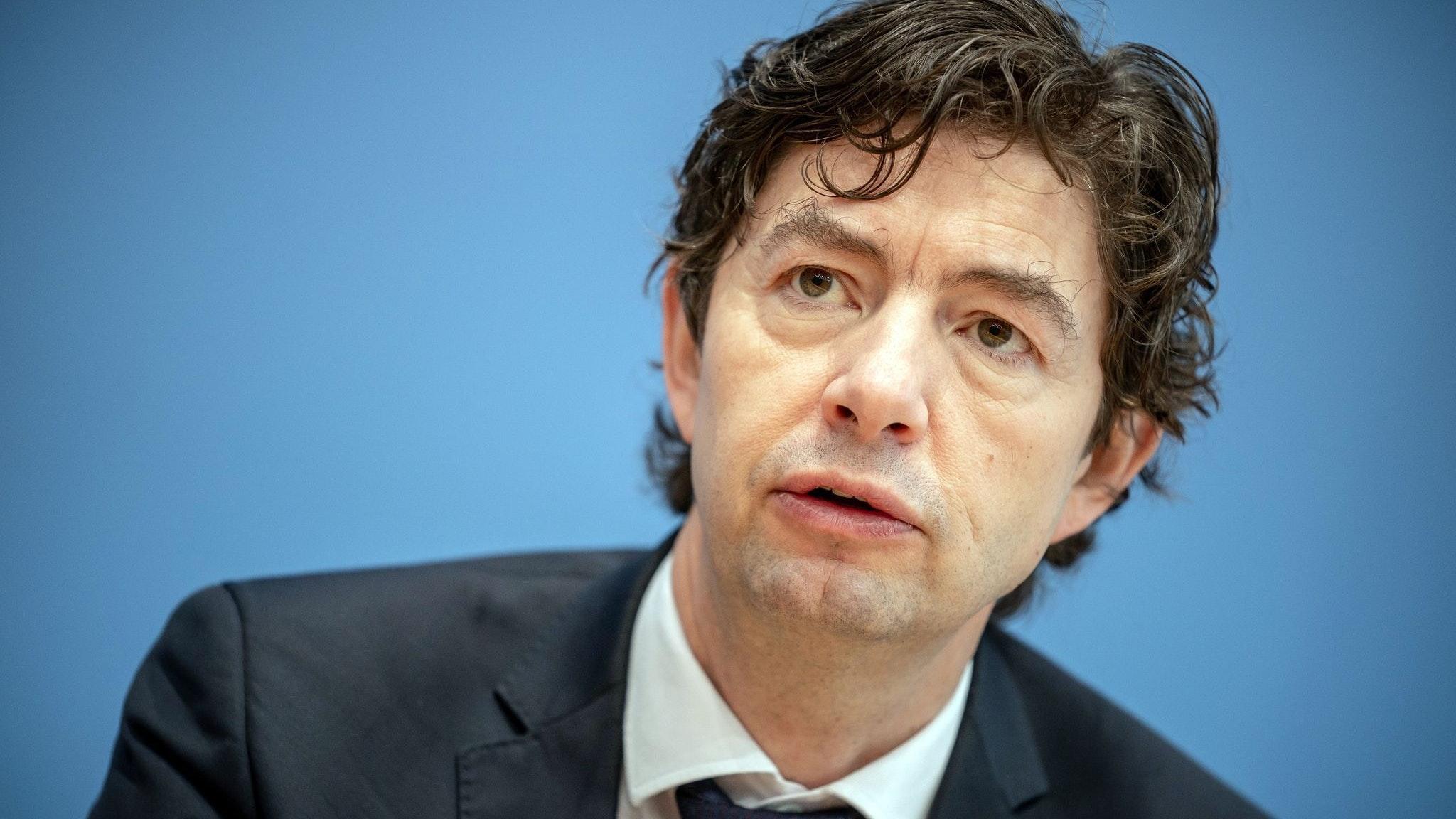 Der Virologe Christian Drosten warnt vor einem möglichen Nachlassen der Impfbereitschaft im Sommer. Foto: dpa/Kappeler