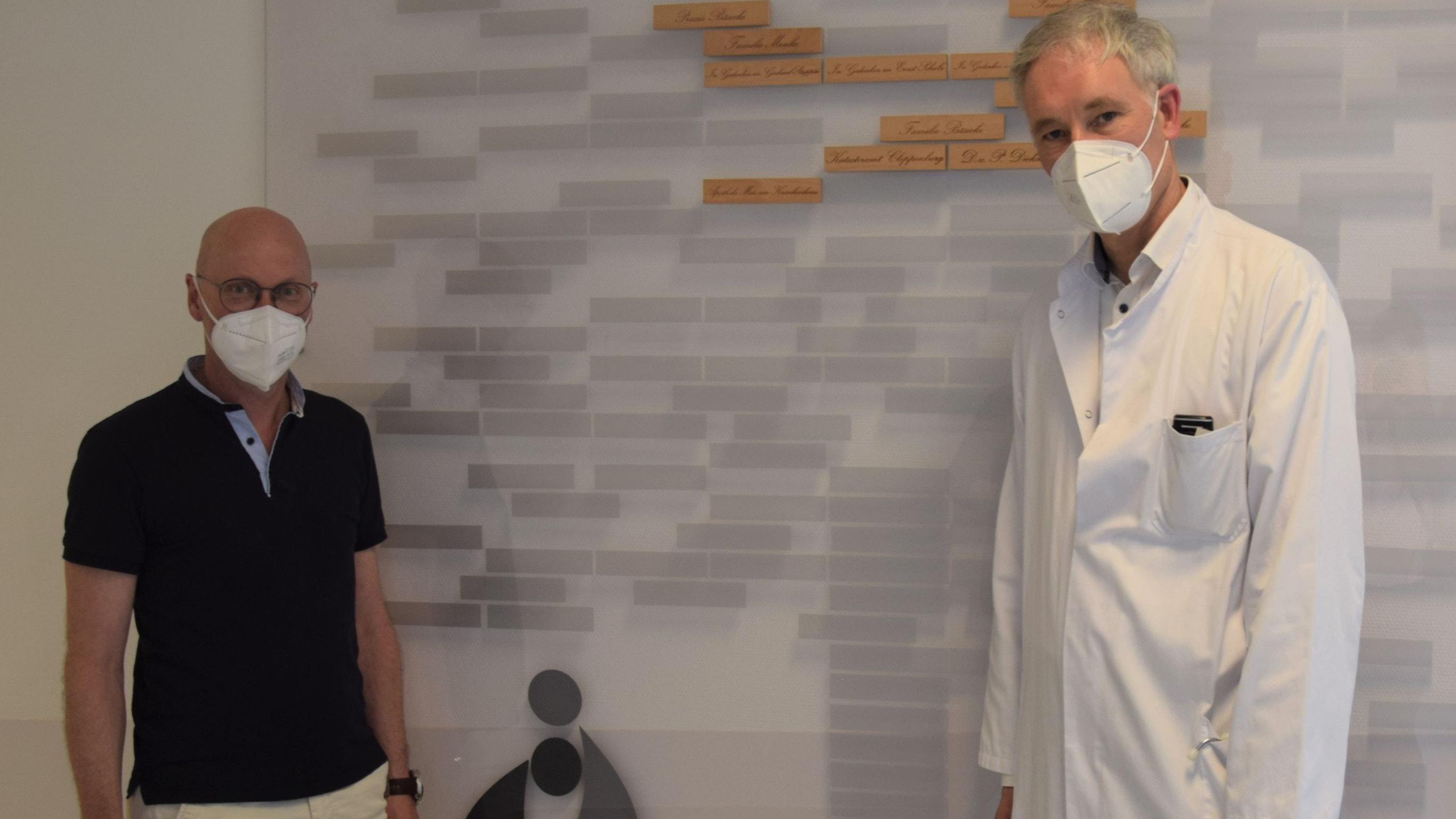 CDU-Bürgermeisterkandidat Neidhard Varnhorn (von links) und Chefarzt Dr. med. Jörg Bäsecke präsentieren den Palliativ-Spendenbaum. Foto: Hahn