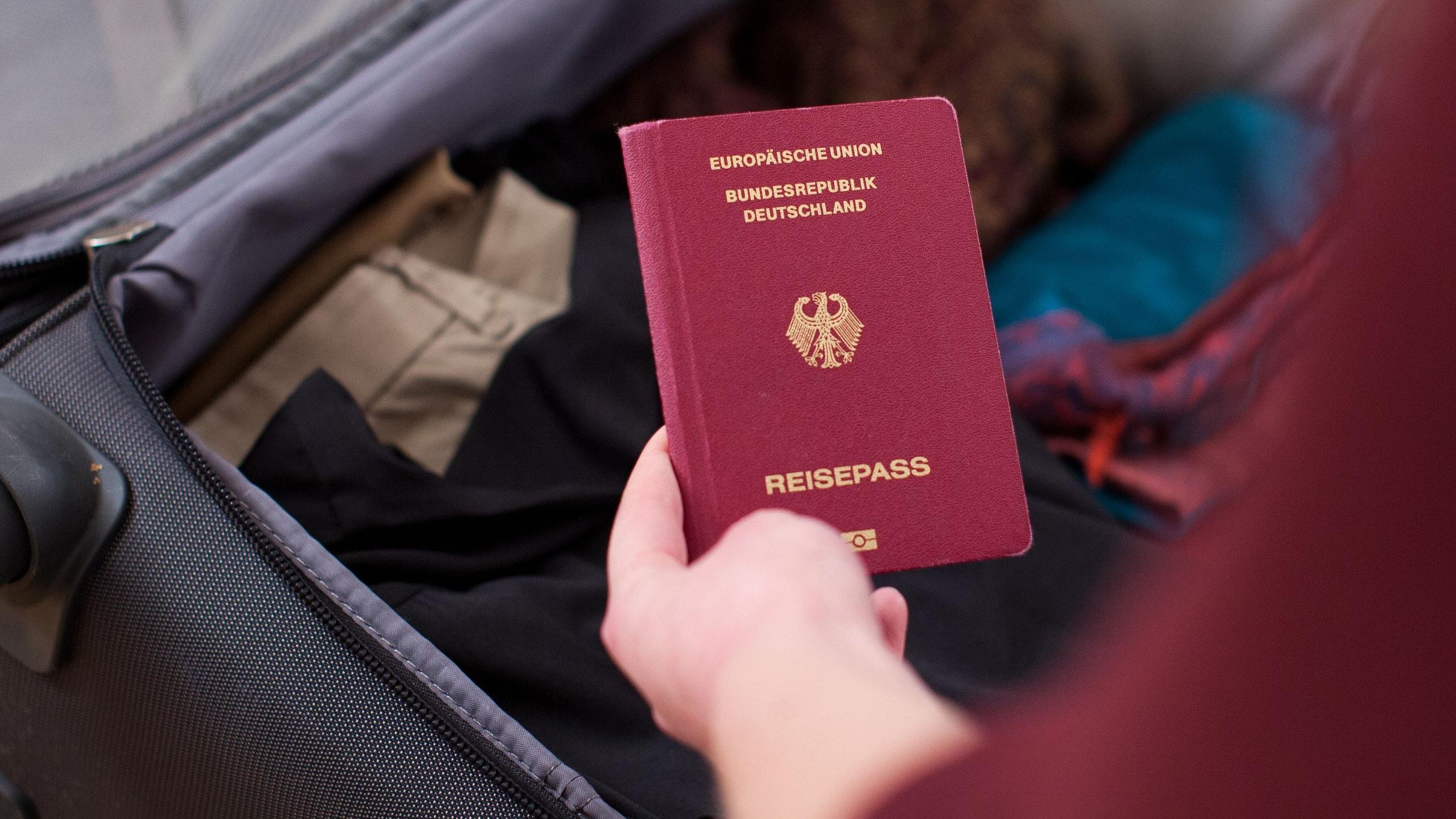 Der Reisepass darf beim Packen für den Urlaub zu Zielen außerhalb Europas nicht fehlen. Foto: dpa/Klose